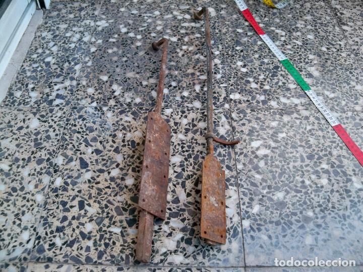 Antigüedades: Dos antiguos Pestillos grandes para puertas o ventanas. - Foto 3 - 267815449