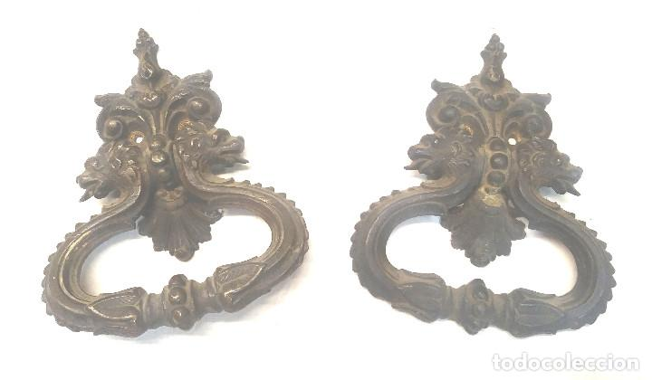 PAREJA TIRADORES PUERTA BRONCE CABEZAS LEONES S XIX. MED. 13 X 16 CM (Antigüedades - Técnicas - Cerrajería y Forja - Tiradores Antiguos)