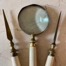 Antigüedades: CONJUNTO DE DOS ABRECARTAS Y LUPA. Lote 268043194