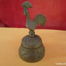 Antigüedades: CAMPANILLA DE BRONCE DE MANO PARA MESA. ANTIGUA FORMA DE GALLO AGARRE. ORIGINAL. Lote 268429854