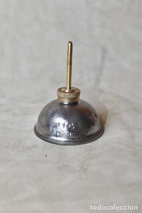 ACEITERA DE MAQUINA DE COSER Nº 102 40 GRS. DE 8 CM DE ALTO POR 6 CM DE BASE (Antigüedades - Técnicas - Máquinas de Coser Antiguas - Complementos)