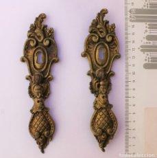 Antigüedades: DOS TIRADORES DE BRONCE CON BOCALLAVE PARA ARMARIO.. Lote 268747104