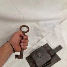 Antigüedades: GRAN CERRADURA DE FORJA CON ENORME LLAVE CON INICIALES!. Lote 269153338