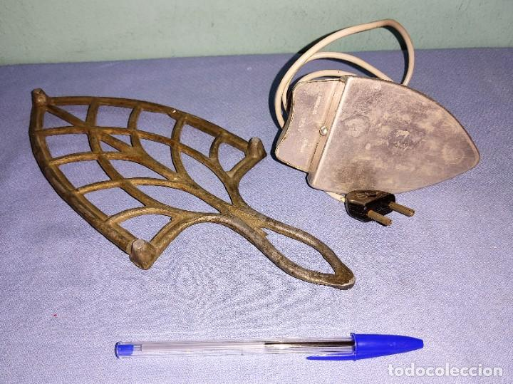 Antigüedades: ANTIGUA PLANCHA Y SOPORTE SALVA MANTELES - Foto 2 - 269263768