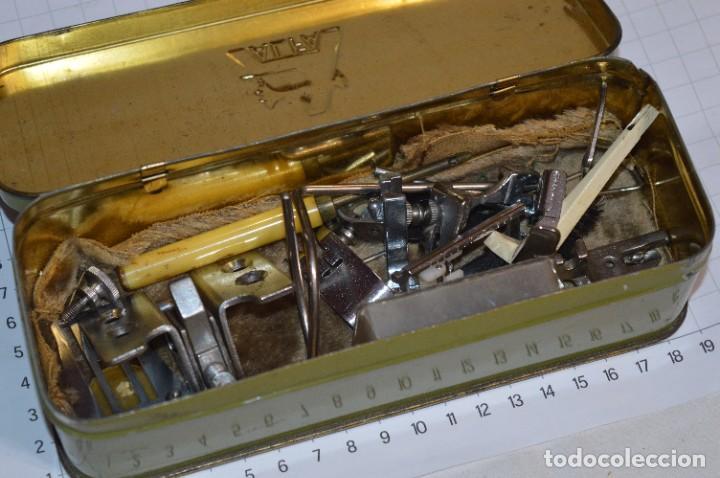 Antigüedades: Vintage / 3 antiguas cajas hojalata / Máquinas coser, contenido diverso / ALFA y SINGER ¡Mira fotos! - Foto 7 - 269306733