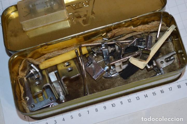 Antigüedades: Vintage / 3 antiguas cajas hojalata / Máquinas coser, contenido diverso / ALFA y SINGER ¡Mira fotos! - Foto 8 - 269306733