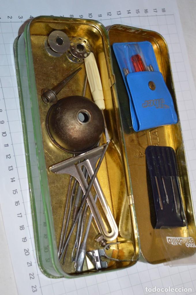 Antigüedades: Vintage / 3 antiguas cajas hojalata / Máquinas coser, contenido diverso / ALFA y SINGER ¡Mira fotos! - Foto 12 - 269306733