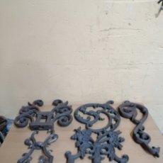 Antigüedades: LOTE DE 4 PIEZAS HORNAMENTALES DE HIERRO FUNDIDO. Lote 269323973