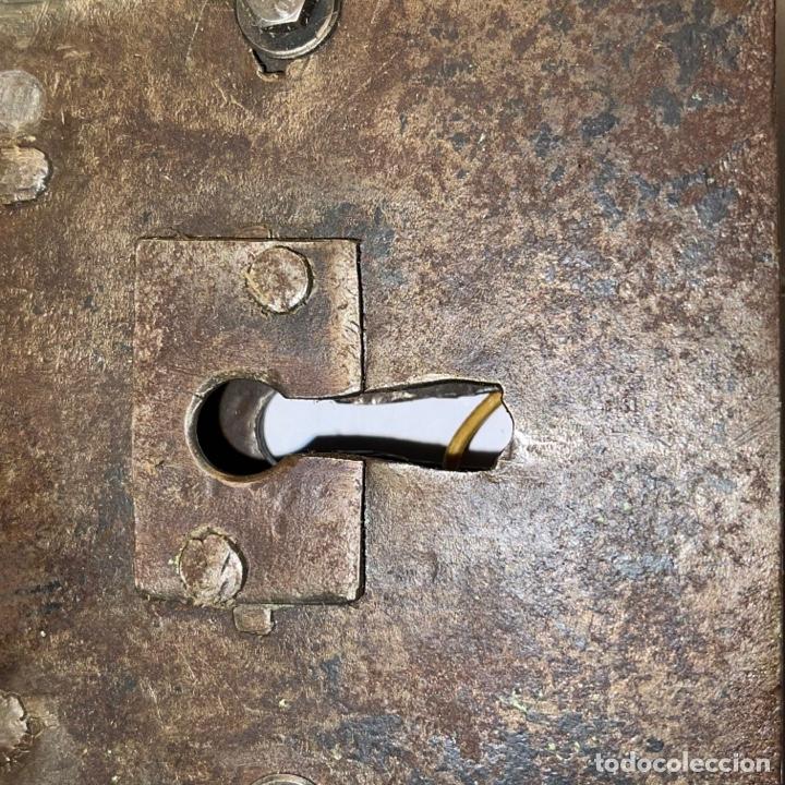 Antigüedades: ANTIGUA CERRADURA DE HIERRO FORJADO SIGLO XVIII CON LLAVE - Foto 3 - 269389038