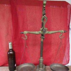 Antigüedades: BALANZA DE BOTICA ANTIGUA. BRONCE. 62 CMS ALTO JUEGO DE NUEVE PESAS. FIGURAS DE ANIMALES. Lote 269457768