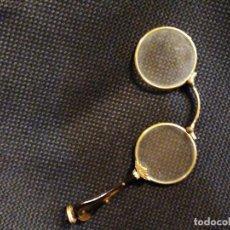Antigüedades: ANTIGUO BINOCULAR TIPO IMPERTINENTES DE OPERA O TEATRO CON BAÑO DE ORO ?. Lote 269458488