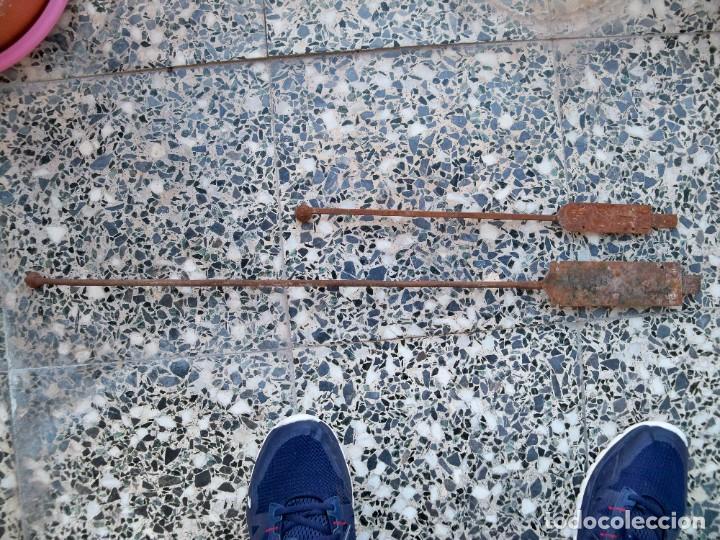 Antigüedades: Dos antiguos Pestillos grandes para puertas o ventanas. - Foto 2 - 269458708