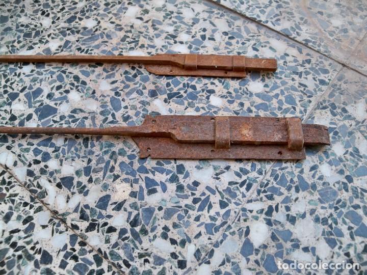 Antigüedades: Dos antiguos Pestillos grandes para puertas o ventanas. - Foto 3 - 269458708