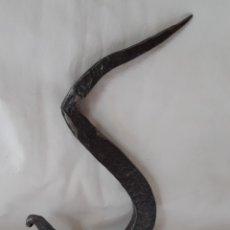 Antigüedades: GANCHO DE COLGAR DE ARTESANO HERRERO, ANTIGUO. Lote 269609283