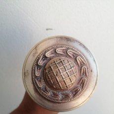 Antigüedades: ANTIGUO TIRADOR POMO DE METAL BRONCE PARA PUERTA DE MADERA CERRAJERÍA. Lote 269738023