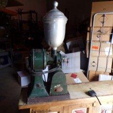Antigüedades: GRAN MOLINILLO DE CAFE ELECTRICO ANTIGUO SEGURAMENTE DE TIENDA ULTRAMARINOS. Lote 269851318