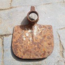 Antigüedades: ANTIGUA AZADA HIERRO FORJADO. Lote 270001143