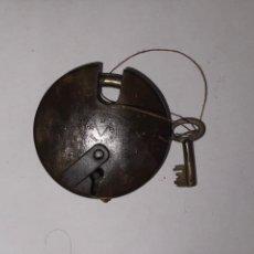 Antigüedades: CANDADO REDONDO RUE BARCELONA HIERRO FORJADO CON LLAVE. Lote 270144723
