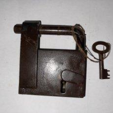 Antigüedades: CANDADO HIERRO FORJADO SIGLO XVIII CON LLAVE ORIGINAL. Lote 270146733