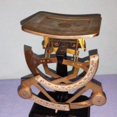 Antigüedades: ANTIGUA BASCULA PESACARTAS DE CORREOS MARCA MYC PESA 250 GRAMOS Y 1000 GRAMOS AÑOS 50. Lote 270518618