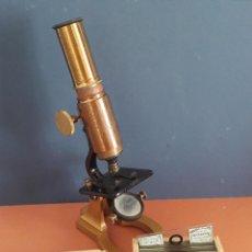 Antigüedades: ANTIGUO MICROSCOPIO DE LATON Y HIERRO, CON 31 PLACAS DE CRISTAL, ALGUNAS DE BOURGOGNE SIGLO 19. Lote 270552543