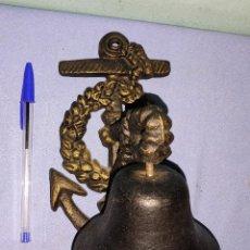 Antigüedades: PRECIOSO Y ANTIGUO LLAMADOR DE CAMPANA DE HIERRO MACIZO CON SOPORTE MARINERO DE ANCLA. Lote 270559048