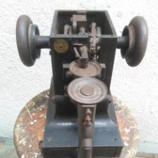 Antigüedades: ANTIGUA MAQUINA PARA COSER GUANTES D CUERO.MACHINE A GANTS LA SURJETEUSE.INCOMPLETA.FUNCIONA. Lote 270602723