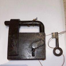 Antigüedades: CANDADO HIERRO FORJADO SIGLO XVIII CON LLAVE ORIGINAL. Lote 270949233