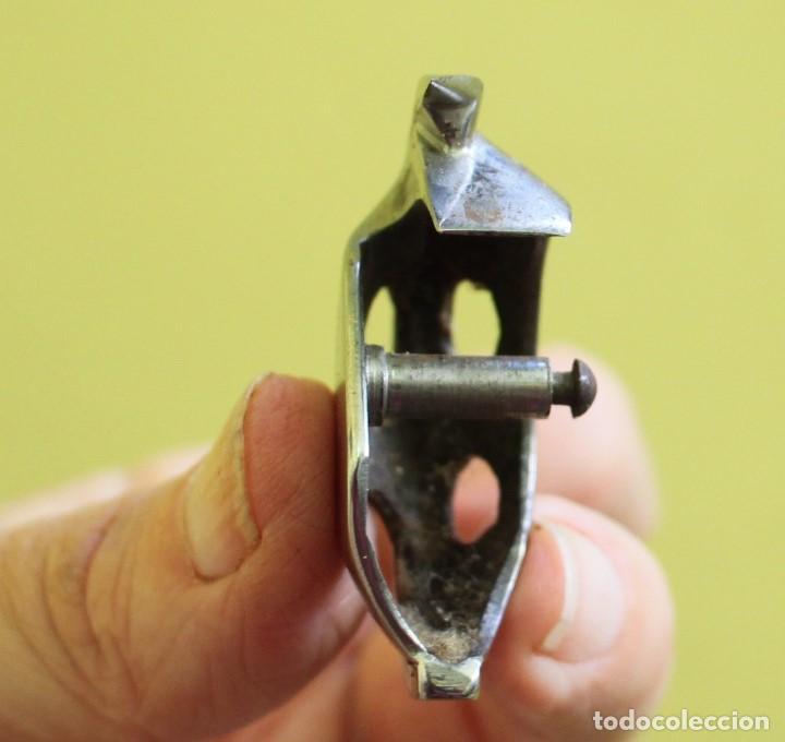 Antigüedades: Pieza de repuesto interna con nº de serie de la máquina de coser Alfa 60 - Foto 2 - 271414683