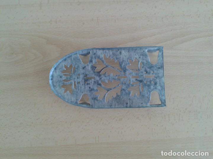 BASE SOPORTE PIE PLANCHA REPOSAPLANCHAS CHAPA DECORADA Nº3 (Antigüedades - Técnicas - Planchas Antiguas - Varios)