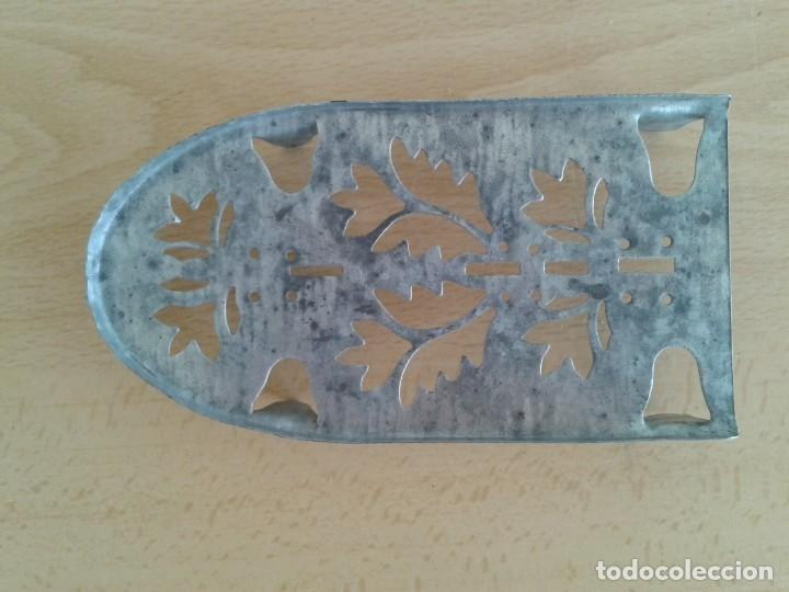 Antigüedades: BASE SOPORTE PIE PLANCHA REPOSAPLANCHAS CHAPA DECORADA Nº3 - Foto 2 - 271537043