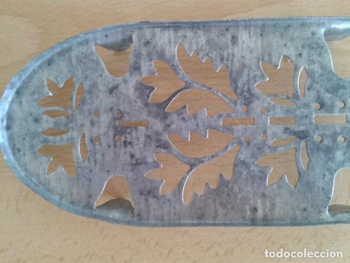 Antigüedades: BASE SOPORTE PIE PLANCHA REPOSAPLANCHAS CHAPA DECORADA Nº3 - Foto 3 - 271537043