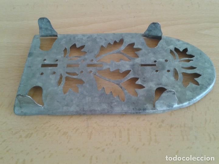 Antigüedades: BASE SOPORTE PIE PLANCHA REPOSAPLANCHAS CHAPA DECORADA Nº3 - Foto 6 - 271537043