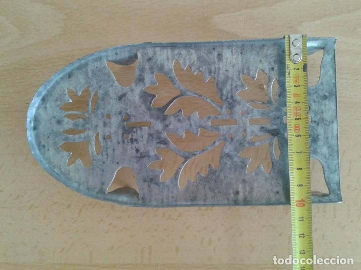 Antigüedades: BASE SOPORTE PIE PLANCHA REPOSAPLANCHAS CHAPA DECORADA Nº3 - Foto 7 - 271537043