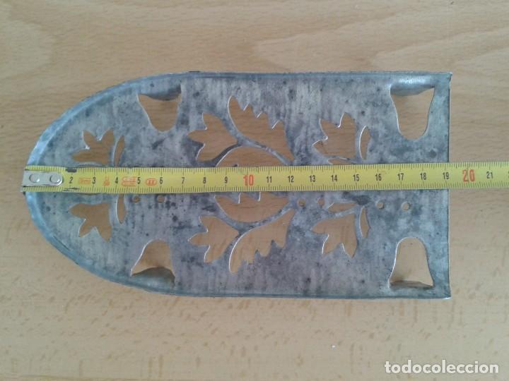 Antigüedades: BASE SOPORTE PIE PLANCHA REPOSAPLANCHAS CHAPA DECORADA Nº3 - Foto 8 - 271537043