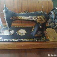 Antigüedades: MAQUINA DE COSER SINGER PORTATIL. Lote 271843828