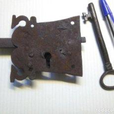 Antiquités: CERRADURA DE HIERRO FORJADO CON ADORNOS Y CON LLAVE (MARCADA) DEL SIGLO XVIII O SIGLO XIX.FUNCIONA. Lote 272120593