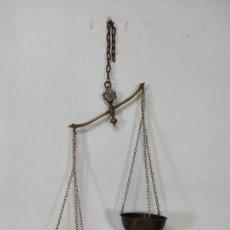 Antigüedades: BALANZA PARA COLGAR - BRONCE Y LATÓN. Lote 272717008