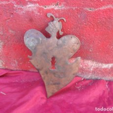 Antiquités: UNICO BOCALLAVES DE 25 CM,GRABADA ESPADA Y LA ARMADURA ARRIBA MIRALO ES MAGNIFICO. Lote 272980708