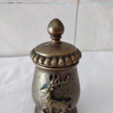 Antigüedades: MOLINILLO DE PIMIENTA JRG SISSACH, BRONCE CON IMÁGENES DE CIERVO Y CABRA MONTESA.. Lote 273353973