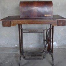 Antigüedades: MAQUINA DE COSER MARCA SIGMA (FUNCIONANDO). Lote 273376833
