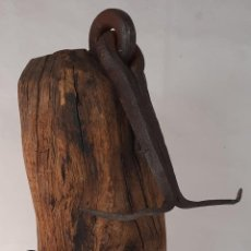 Antigüedades: MUY ANTIGUA BISAGRA DE FORJA PARA GRAN PUERTA CON GRAN TACO DE MADERA PARA LA PARED. Lote 273404343