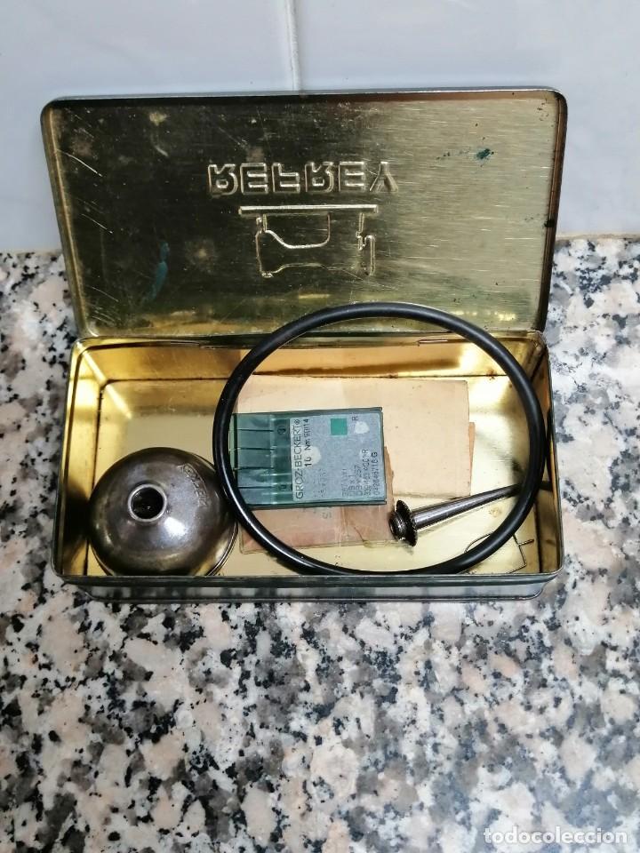 CAJA METALICA MAQUINA DE COSER REFREY CON ACEITERA Y AGUJAS (Antigüedades - Técnicas - Máquinas de Coser Antiguas - Refrey)