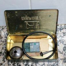 Antigüedades: CAJA METALICA MAQUINA DE COSER REFREY CON ACEITERA Y AGUJAS. Lote 273494058