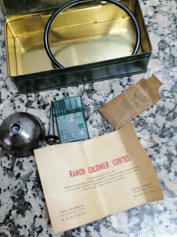 Antigüedades: CAJA METALICA MAQUINA DE COSER REFREY CON ACEITERA Y AGUJAS - Foto 4 - 273494058