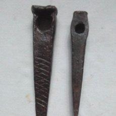 Antiquités: ANTIGUAS HERRAMIENTAS DE HIERRO FORJADO CON UN AGUJERO Y UNA DECORADA.FORJA ANTIGUA. Lote 273923783