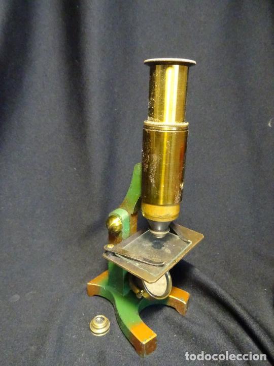 Antigüedades: Pequeño microscopio de campo en su caja, años 1900 - Foto 2 - 273938363