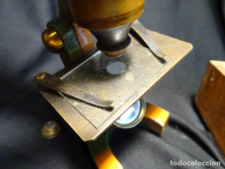 Antigüedades: Pequeño microscopio de campo en su caja, años 1900 - Foto 3 - 273938363