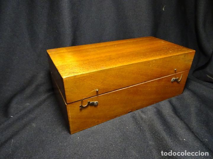 Antigüedades: Pequeño microscopio de campo en su caja, años 1900 - Foto 11 - 273938363