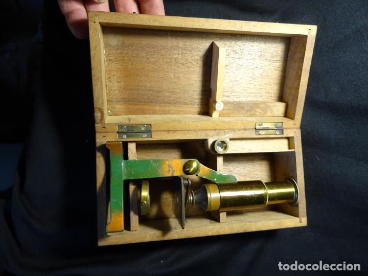 Antigüedades: Pequeño microscopio de campo en su caja, años 1900 - Foto 14 - 273938363